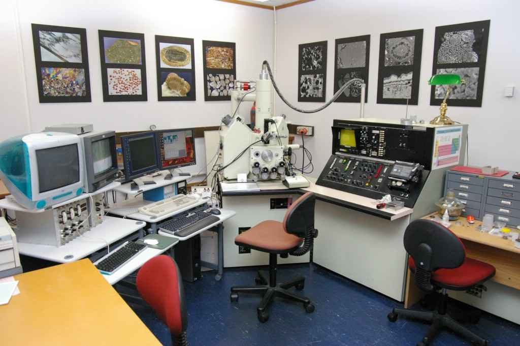 Picture of JEOL 733 Electron Microprobe