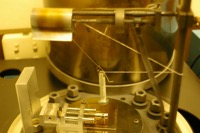 Breaking a sample under vacuum during coating